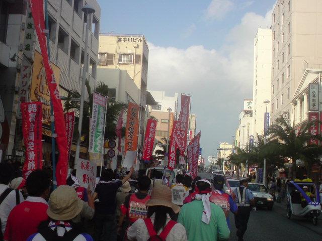 沖縄で改憲・民営化と闘う団結をつくる☆那覇の国際通りデモ敢行!